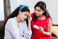 Femme donnant le médicament contre le mal de tête Photos libres de droits