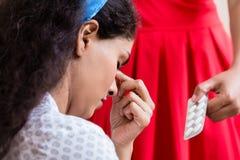 Femme donnant le médicament contre le mal de tête Photographie stock