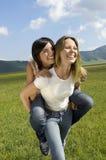 Femme donnant sur le dos le tour à l'ami en parc Image stock