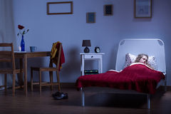 Femme dormant dans la chambre noire Image libre de droits