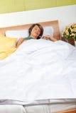 Femme dormant dans le bâti image libre de droits