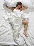 Femme dormant dans le bâti photo stock