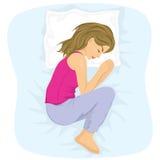 Femme dormant en position foetale Image stock