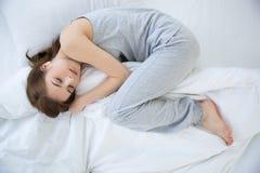 Femme dormant sur le bâti Photos stock