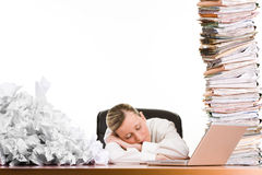 Femme dormant sur le bureau Photos stock
