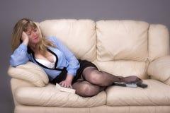 Femme dormant sur un canapé photo libre de droits