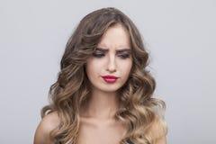 Femme douteuse avec de longs cheveux onduleux Photo libre de droits