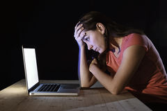 Femme déprimée de travailleur ou d'étudiant travaillant avec seul de fin de nuit d'ordinateur dans l'effort Photos libres de droits