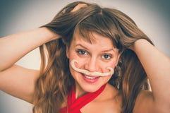 Femme drôle attirante avec la moustache - rétro style photographie stock