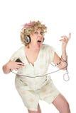Femme drôle dans la chemise de nuit écoutant la musique Photo libre de droits