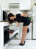 Femme drôle faisant cuire le gâteau de chocolat Photo stock