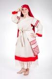 Femme drôle russe posant dans des vêtements nationaux Image libre de droits