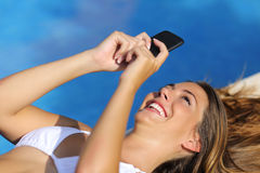 Femme drôle à l'aide de son téléphone intelligent en quelques vacances d'été Photos stock