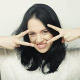 Femme drôle faisant le signe de main Images libres de droits