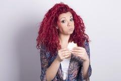 Femme drôle mangeant un sandwich à l'intérieur Images libres de droits