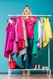 Femme drôle prenant tous les vêtements dans le mail ou la garde-robe photo stock