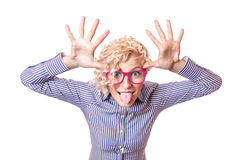 Femme drôle tirant un visage et collant sa langue  Image libre de droits