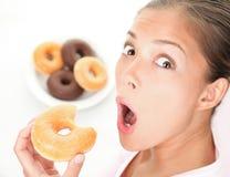 Femme drôle mangeant de la nourriture industrielle Photographie stock libre de droits