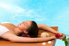 Femme détendant à côté de la piscine. Photo stock