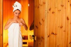 Femme détendant dans la pièce en bois de sauna Image libre de droits