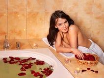 Femme détendant dans le bain. Images libres de droits