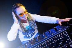Femme du DJ jouant la musique Photo libre de droits