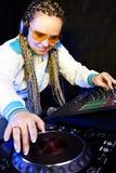 Femme du DJ jouant la musique Images stock