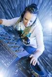Femme du DJ jouant la musique par le mikser Images libres de droits