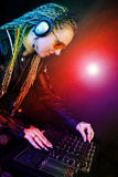 Femme du DJ jouant la musique par le mélangeur Images libres de droits