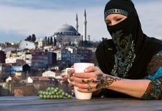 Femme du Moyen-Orient à la terrasse de café image libre de droits