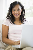 Femme du Moyen-Orient avec un ordinateur portatif Photos stock