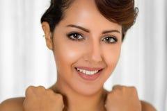 Femme du Moyen-Orient de sourire Photo stock