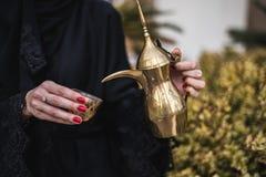 Femme du Moyen-Orient offrant le café arabe Images stock
