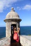 Femme du Porto Rico prenant des photos à vieux San Juan Photo libre de droits