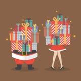 Femme du père noël et de Santa tenant une pile des boîte-cadeau Photo stock