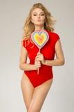 Femme du ` s de Valentine avec le lollypop de coeur Photographie stock libre de droits