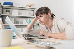 Femme déçue travaillant avec un ordinateur portable Photos stock