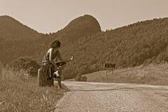 Femme effectuant de l'auto-stop Image libre de droits