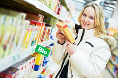 Femme effectuant des achats de laiterie Image libre de droits