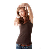 Femme effectuant la trame avec ses mains Photo libre de droits
