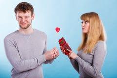 Femme effectuant le calcul des relations Photo stock