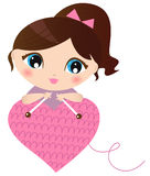 Femme effectuant le coeur tricoté Images stock