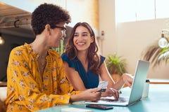 Femme effectuant le paiement en ligne photographie stock libre de droits