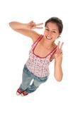 Femme effectuant le signe de paix Photographie stock libre de droits