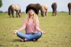 Femme effectuant le yoga Images libres de droits