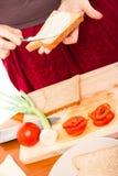 Femme effectuant les sandwichs végétaux images stock