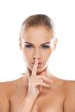 Femme effectuant un geste shushing Photo libre de droits
