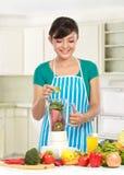 Femme effectuant un jus frais photo stock