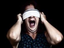Femme effrayé criant avec ses yeux couverts Image stock