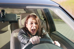 Femme effrayé criant dans le véhicule Photographie stock